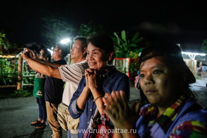 Родители ждут спасения своих детей из пещер в Таиланде