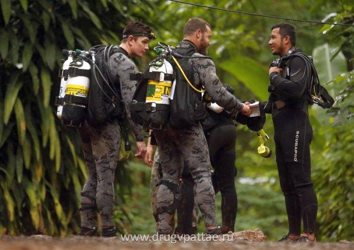 Британские дайверы сменяют тайских дайверов для спуска в пещеру