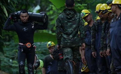 Дайверы спасают детей из пещеры в Таиланде