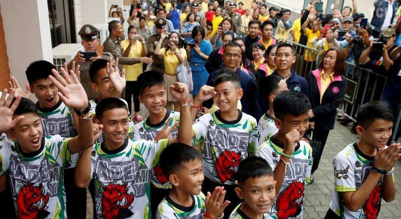 Спасенные дети на пресс-конференции в Таиланде
